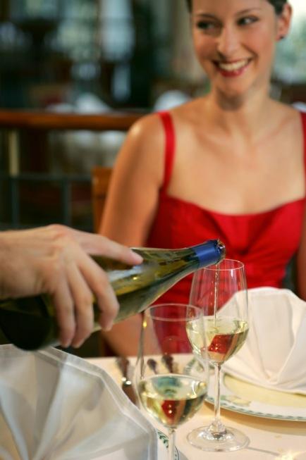 Paar beim romantischen Dinner mit Wein