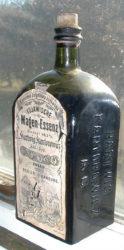 """Eine Flasche """"Kujawische Magen-Essenz"""" (ein Magenbitter), hergestellt von der Hartwig Kantorowicz AG aus Posen."""